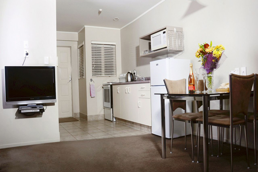 Brougham Heights Motel Bedroom; Brougham Heights Motels New Plymouth Kitchen  ...